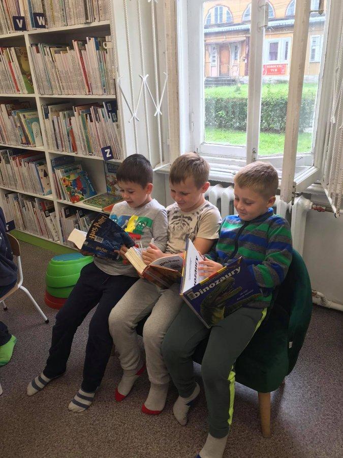 Chłopcy czytają książki