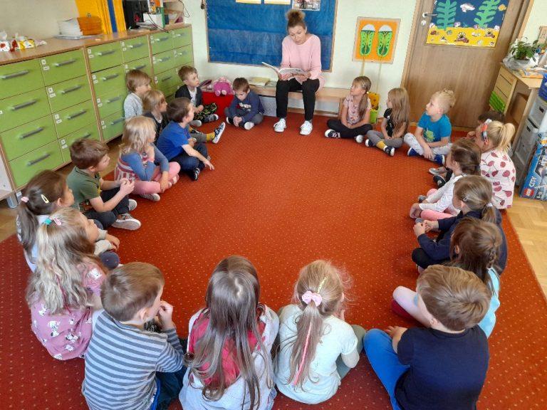 Dzieci słuchają bajki