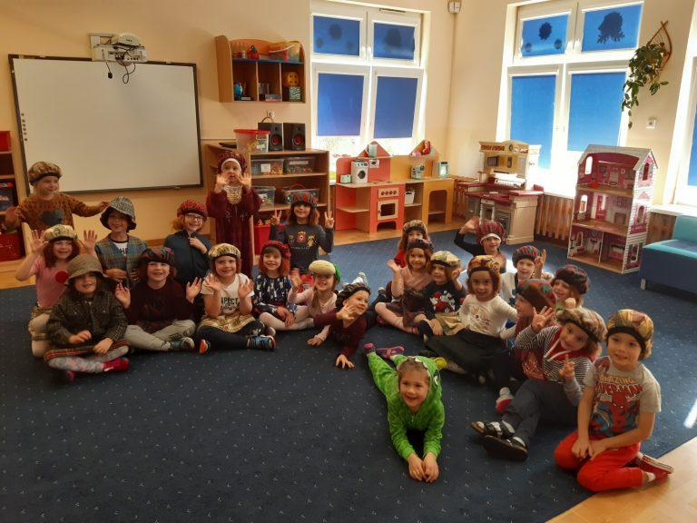 dzieci siedzą na dywanie