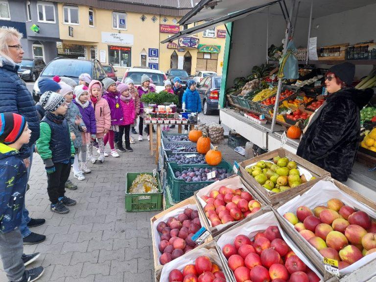 Dzieci kupują marchewkę