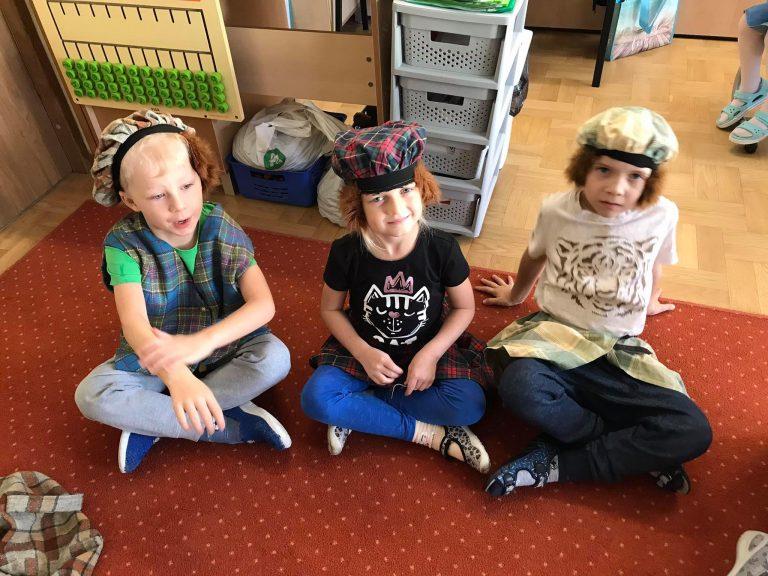 Dzieci ubrane w szkockie ubrania