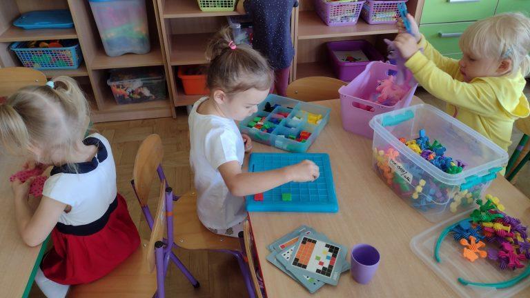 Dziewczynka bawi się układanką