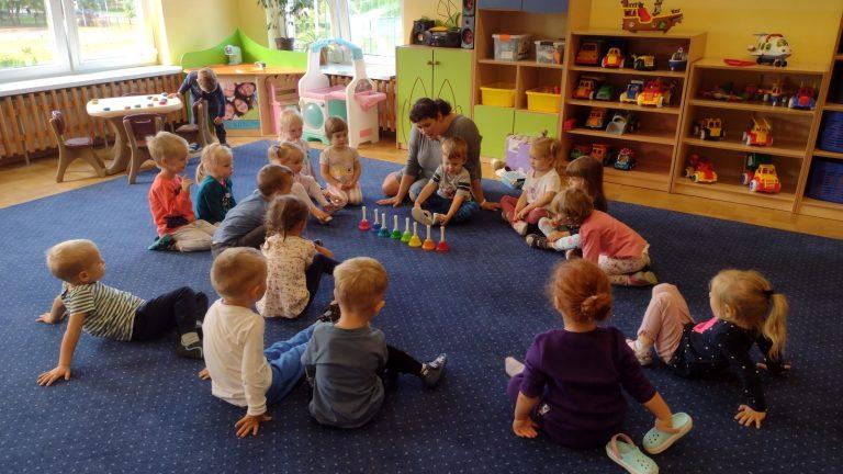 Dzieci słuchają muzycznych dzwonków