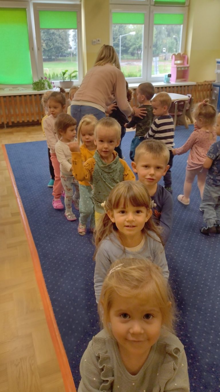 Dzieci ustawiają pociąg