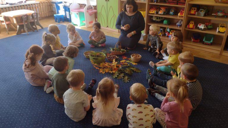 Dzieci spotykają się z jeżykiem