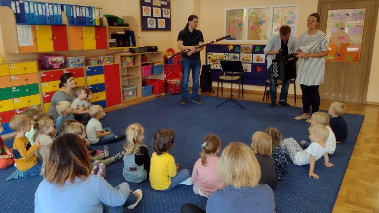 Dzieci poznają instrument muzyczny- fagot