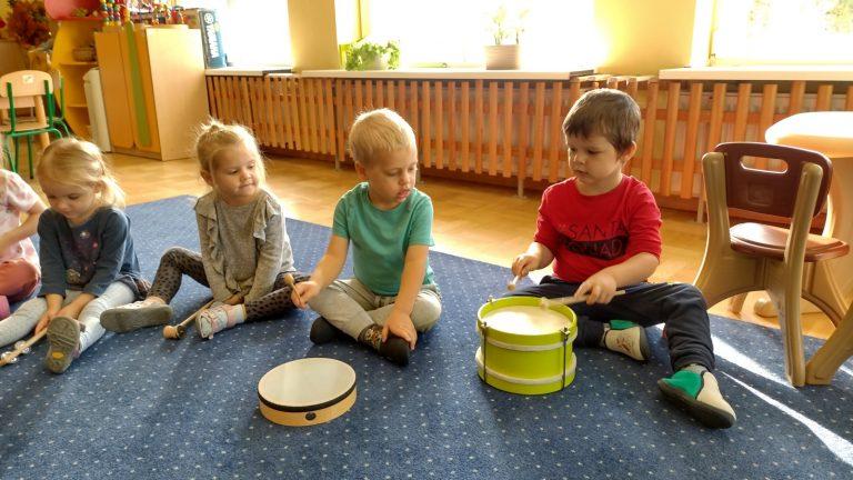 Chłopcy grają na bębenkach