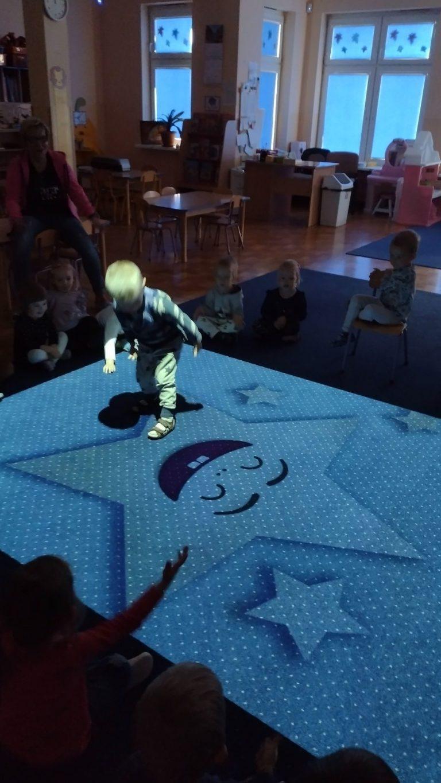 Chłopiec bawi się na magicznym dywanie