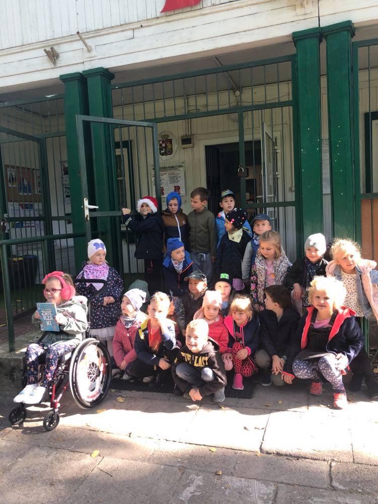 Dzieci przed biblioteką